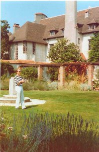Le Bois des Moutiers 1990: a young looking Andy in front of the house and the Lutyens pergola